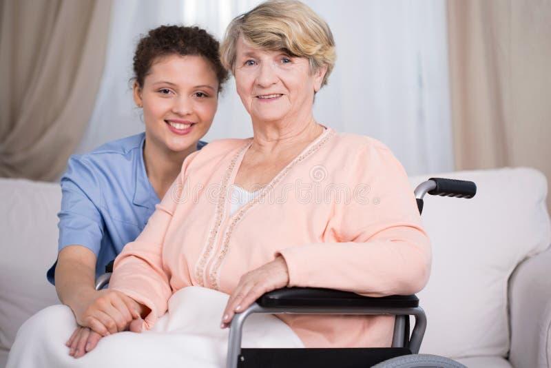 Behinderte ältere Frau und Betreuer lizenzfreie stockbilder