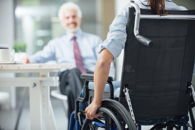Behinderte Frau, die ein Geschäftstreffen hat lizenzfreies stockfoto