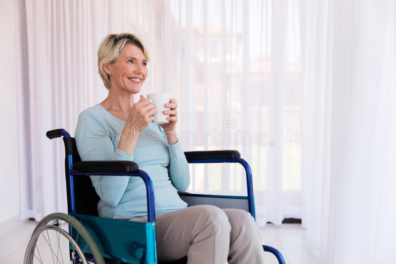 Behinderte Frau, die Schale hält lizenzfreie stockfotografie
