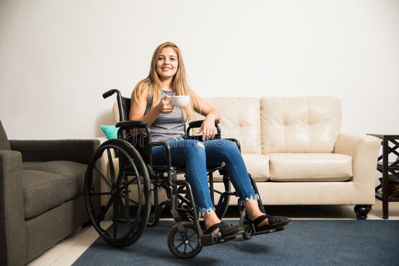 Behinderte Frau, die sich zu Hause entspannt stockbilder