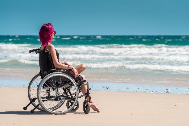 Behinderte Frau im Rollstuhl stockfotografie