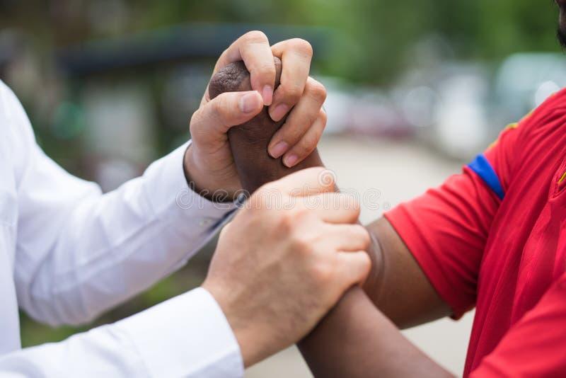 Behinderte Freundunterstützung, die Hand zusammenhält behindert frien lizenzfreie stockfotografie