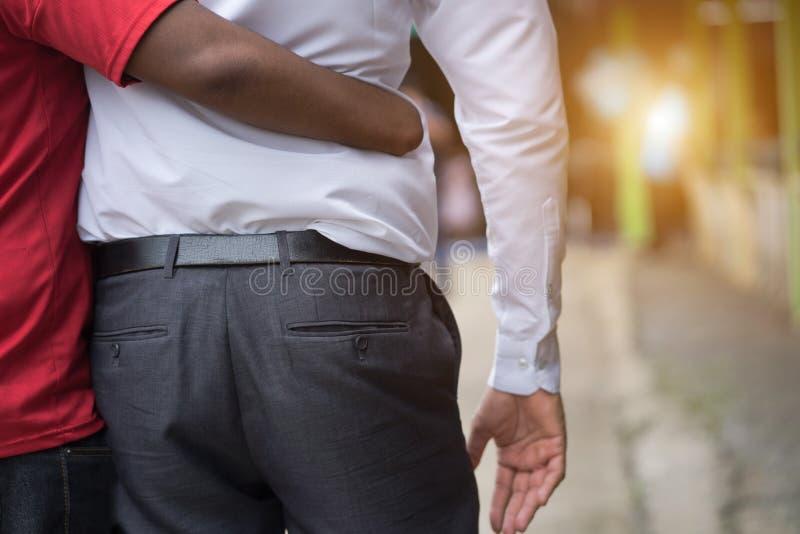 Behinderte Freundunterstützung, die Hand zusammenhält behindert frien lizenzfreies stockfoto