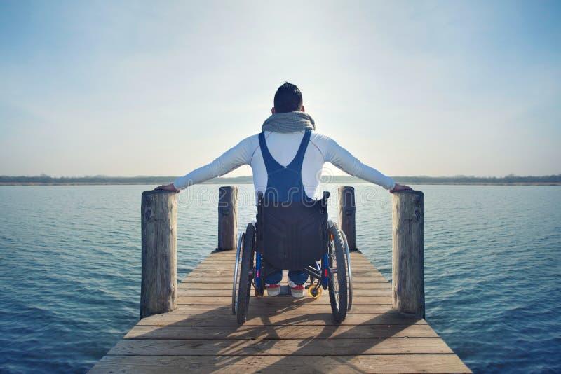Behinderter Mann, der seine Freiheit genießt stockfotografie