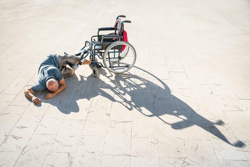 Behinderter Mann mit Handikap auf Unfallabbruch mit Rollstuhl lizenzfreie stockfotografie