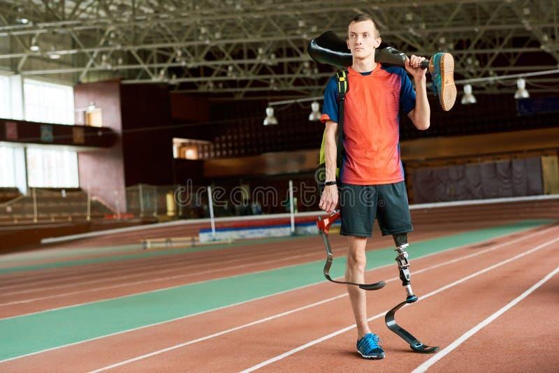 Behinderter Sportler, der Bein-Prothese hält stockfotos