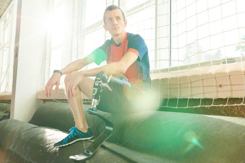 Behinderter Sportler, der im Sonnenlicht stillsteht stockbilder