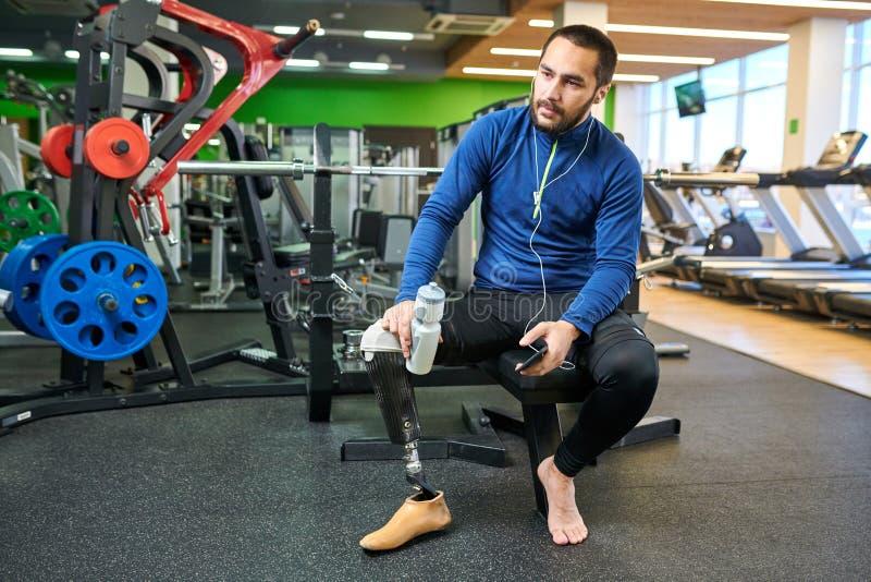 Behinderter Sportler, der in der Turnhalle stillsteht lizenzfreie stockfotos