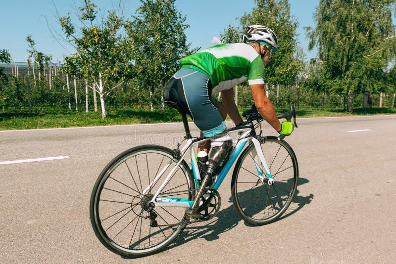 Behindertes Amputierttraining des Athleten beim Radfahren lizenzfreie stockfotografie