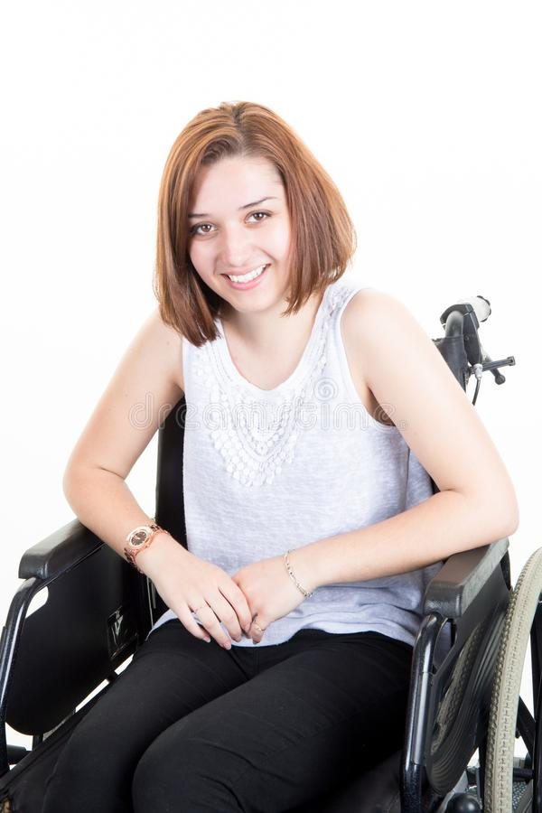 Behindertes lächelndes Sitzen der jungen Frau in einem Rollstuhl lizenzfreie stockfotos
