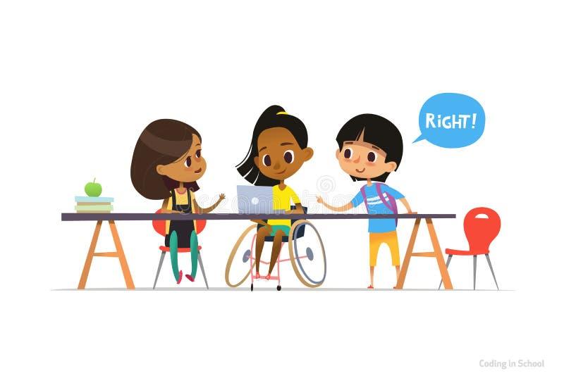 Behindertes Mädchen im Rollstuhl, der am Laptop mit Paaren Schulfreunden helfen ihr, Kodierung zu lernen sitzt einschließlich stock abbildung
