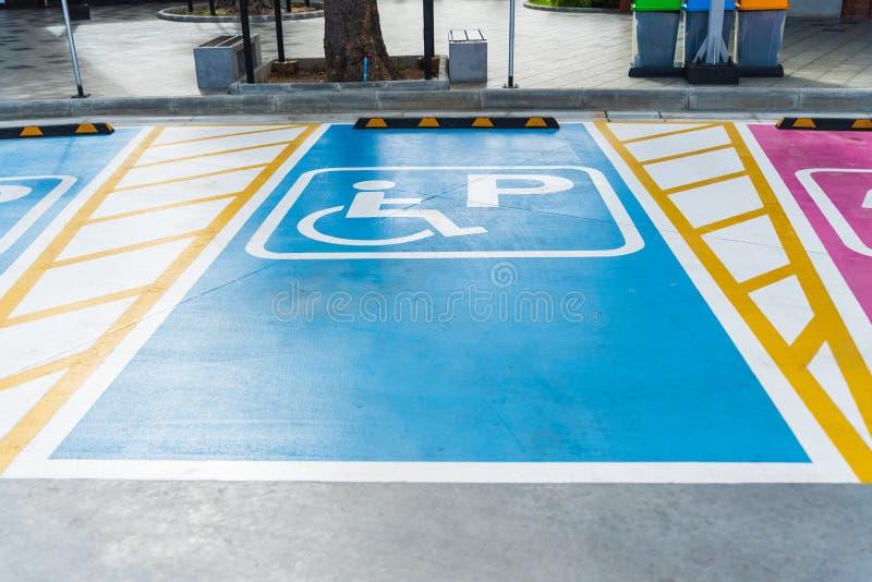 Behindertes Parksymbol gemalt im hellen Blau auf Parkplatz lizenzfreie stockbilder