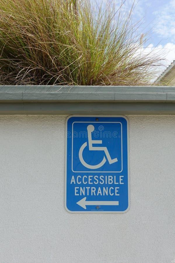 Behindertes Zugangszeichen, das auf eine Rampe zeigt stockbilder