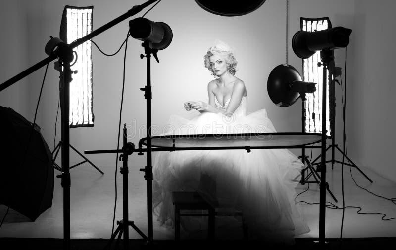 Behing射击一个新娘的场面在一个专业工作室 免版税库存照片