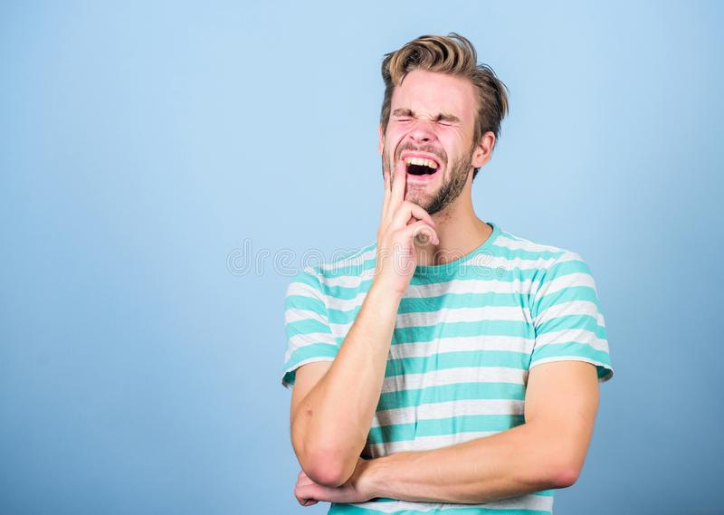 Behoefte te denken Vind oplossing Nadenkende mens op blauwe achtergrond Hipster gebaard gezicht niet zeker in iets hard stock fotografie