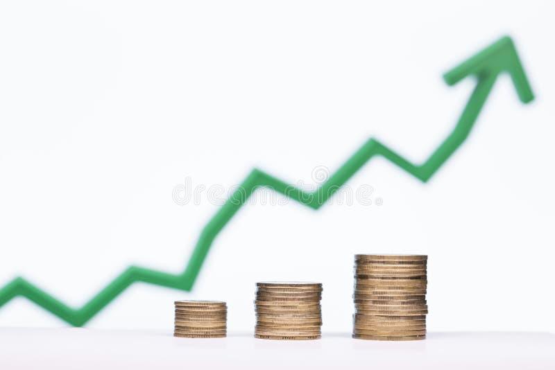 Behoud van het concept geld, met een het toenemen grafiek op de achtergrond royalty-vrije stock afbeeldingen