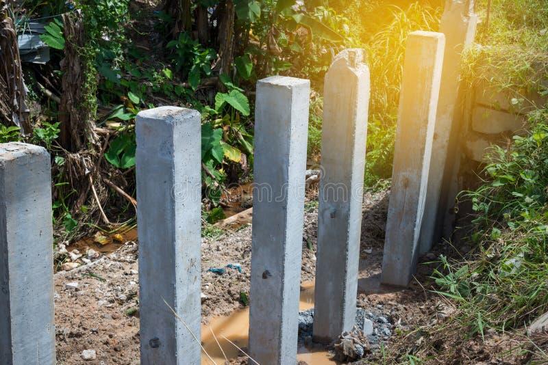 Behoudende muurbouw Het beschermen van riverbank instorting, concr stock fotografie