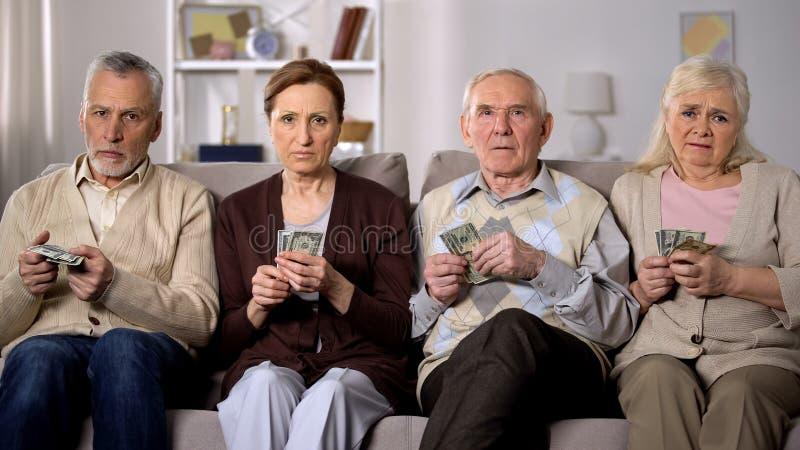 Behov av pensionärer som har pengar som kamera, finansiell instabilitet, kris royaltyfri bild