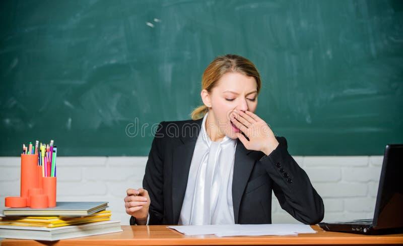 Behov för sömn På hög nivå trötthet Evakuera arbete i skolaorsakströtthet Sitter den tröttade sömniga framsidan för lärarekvinnan arkivfoton