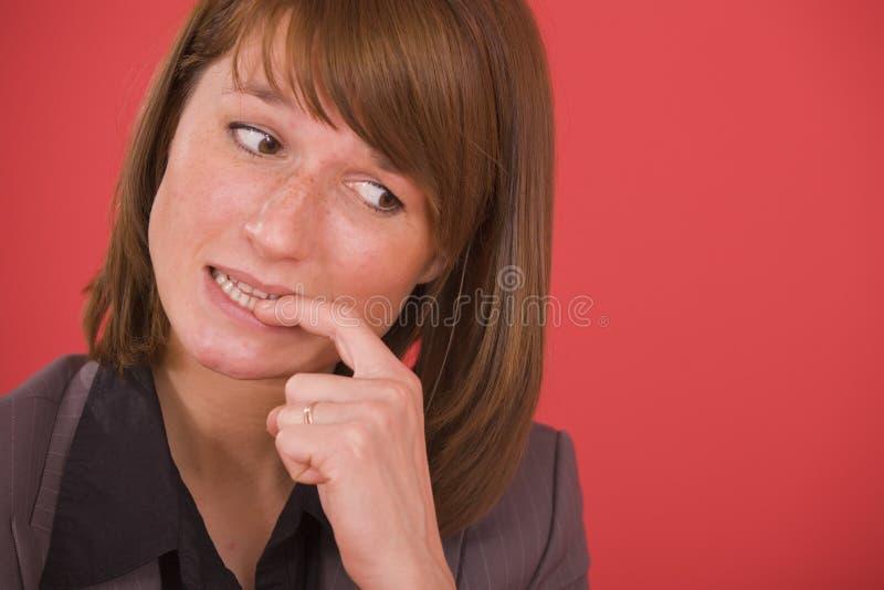 Beißende Nägel der nervösen Frau lizenzfreie stockfotos