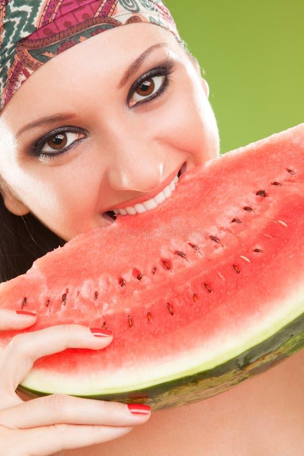 Beißende rote Wassermelone der Art und Weisefrau lizenzfreies stockfoto