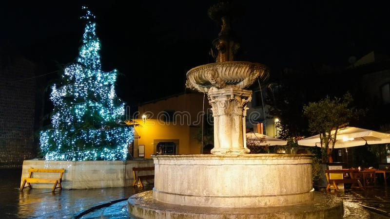 Bei albero di Natale e fontana blu nel ¹ di Piazza del Gesà di Viterbo, Lazio immagini stock libere da diritti