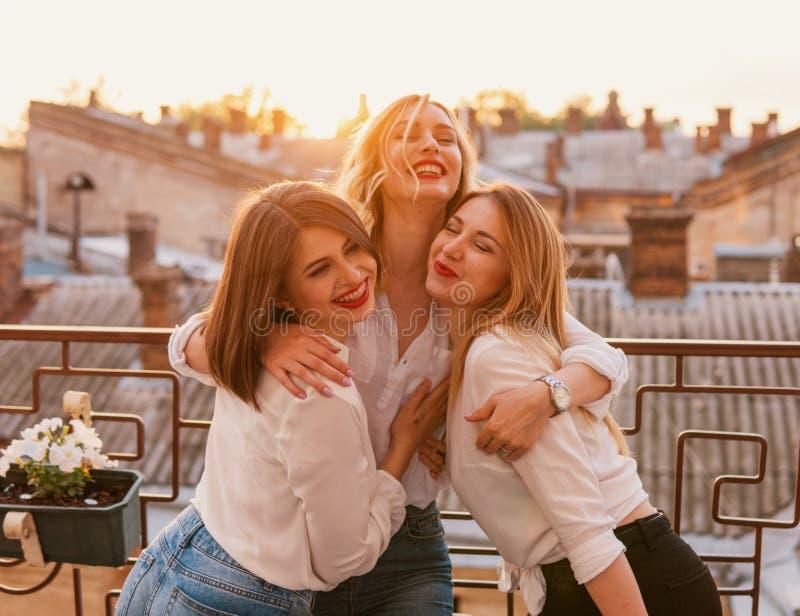 Bei amici delle donne divertendosi all'addio al nubilato immagine stock libera da diritti