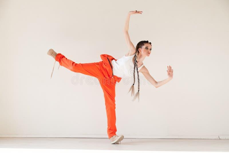 Bei balli alla moda del ballerino al ritratto di musica immagini stock