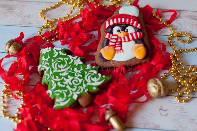 Bei biscotti del miele di Natale Forme del pinguino, pino fotografia stock