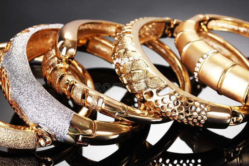 Bei braccialetti dorati fotografia stock libera da diritti