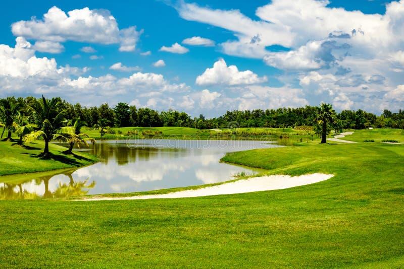 Bei bunker e lago della sabbia del tratto navigabile nel campo da golf nordico della Tailandia fotografia stock libera da diritti