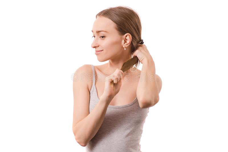Bei capelli della giovane donna che tengono sopra alla coda immagine stock libera da diritti