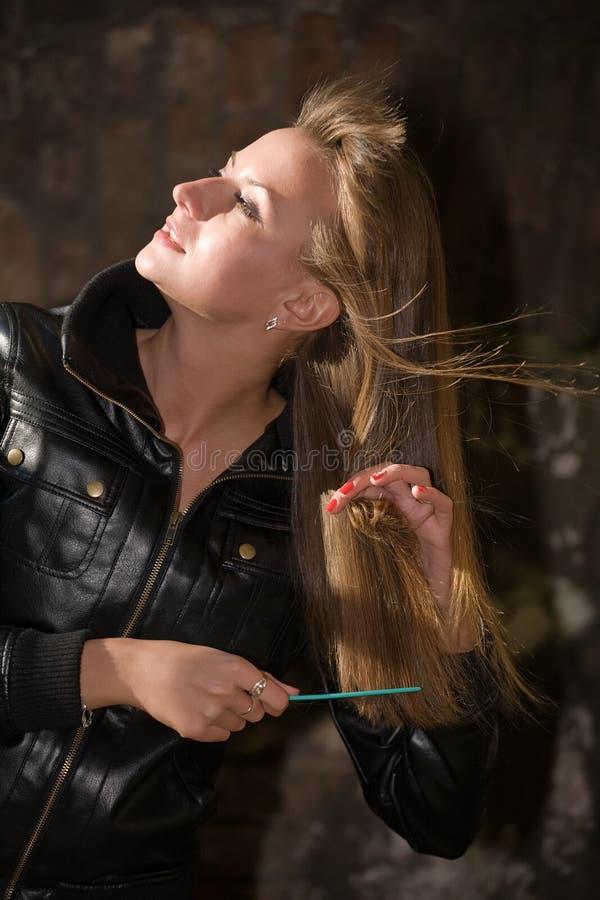 bei capelli della ragazza dei pettini lungamente immagini stock libere da diritti