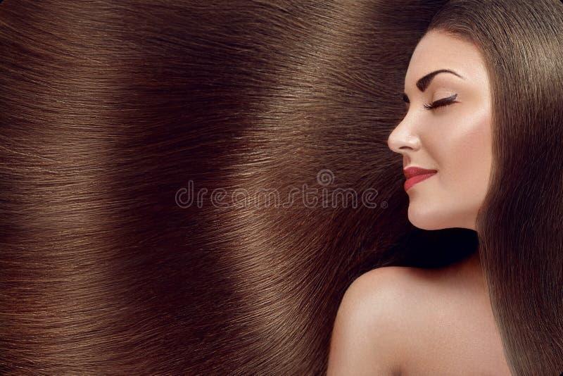 Bei capelli E Ragazza di modello di bellezza con capelli marroni sani Abbastanza femminile con immagini stock
