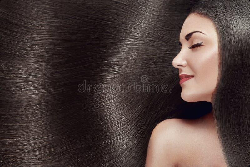 Bei capelli E Ragazza di modello di bellezza con capelli neri sani Abbastanza femminile con immagini stock