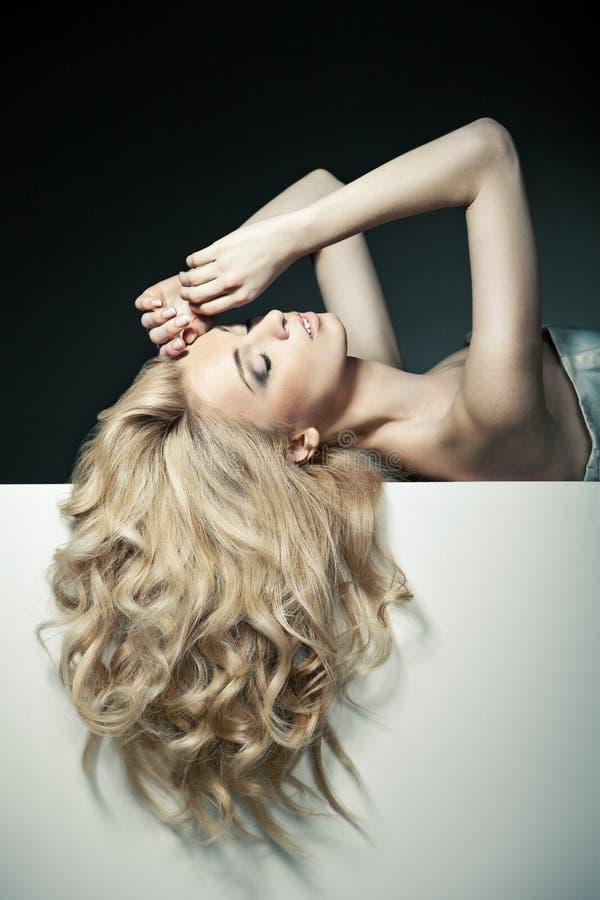 Bei capelli lunghi su una donna attraente immagini stock libere da diritti