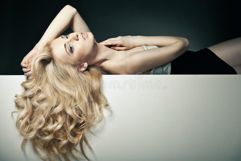 Bei capelli lunghi su una donna attraente fotografia stock