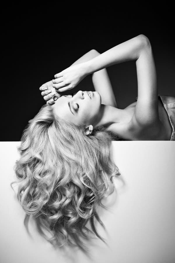 Bei capelli lunghi su una donna attraente fotografia stock libera da diritti
