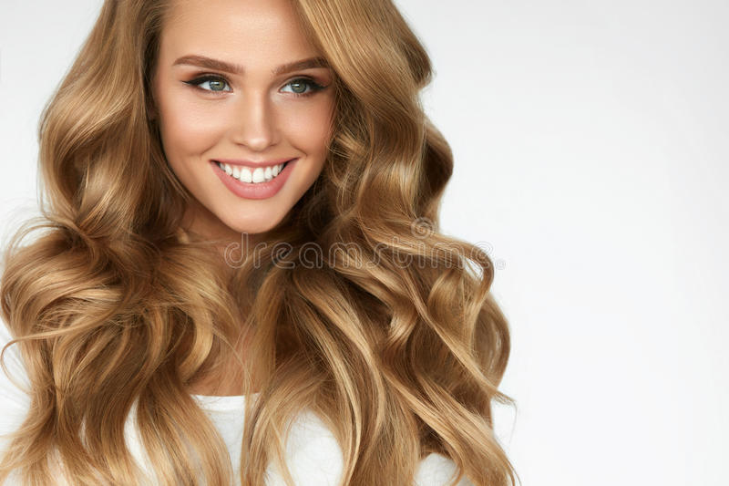Bei capelli ricci Ragazza con il ritratto lungo ondulato dei capelli volume immagine stock libera da diritti
