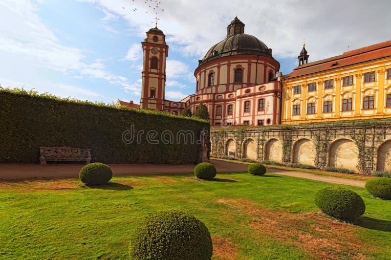 Bei cattedrale e giardino in Jaromerice nad Rokytnou, Moravia meridionale, repubblica Ceca Paesaggio di ESTATE immagini stock