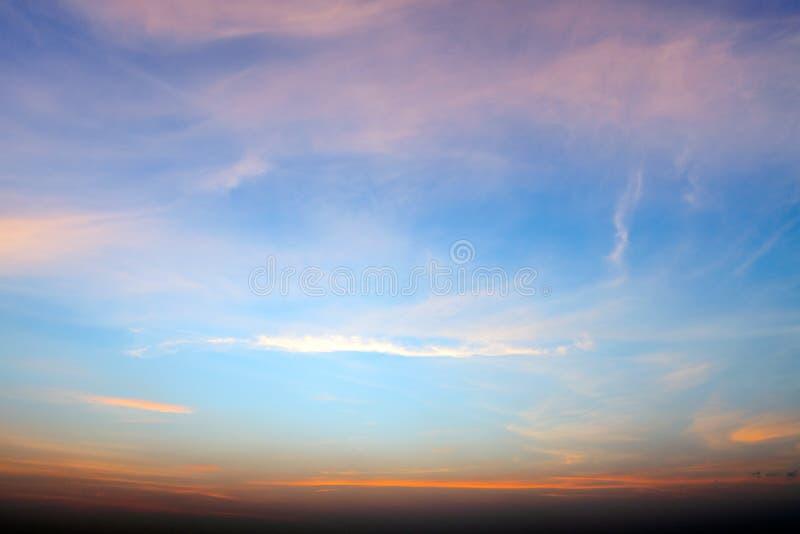 Bei cielo e paesaggio drammatici della città di Pattaya con il mare durante il tramonto immagini stock libere da diritti