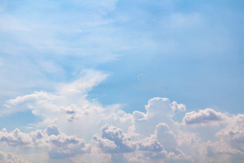 Bei cielo nuvoloso e fondo immagini stock