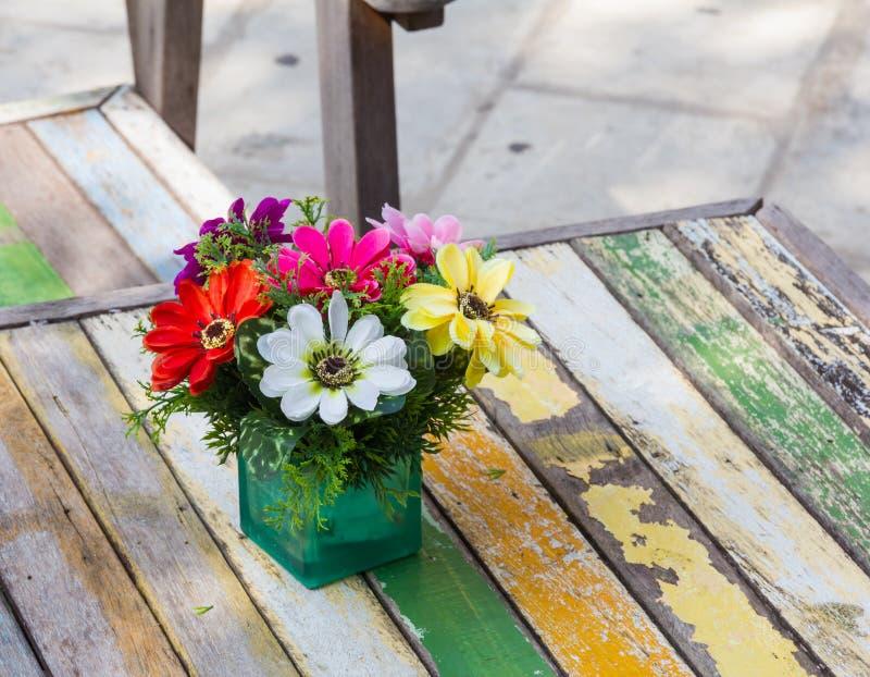 Bei colori dei fiori di plastica. immagine stock