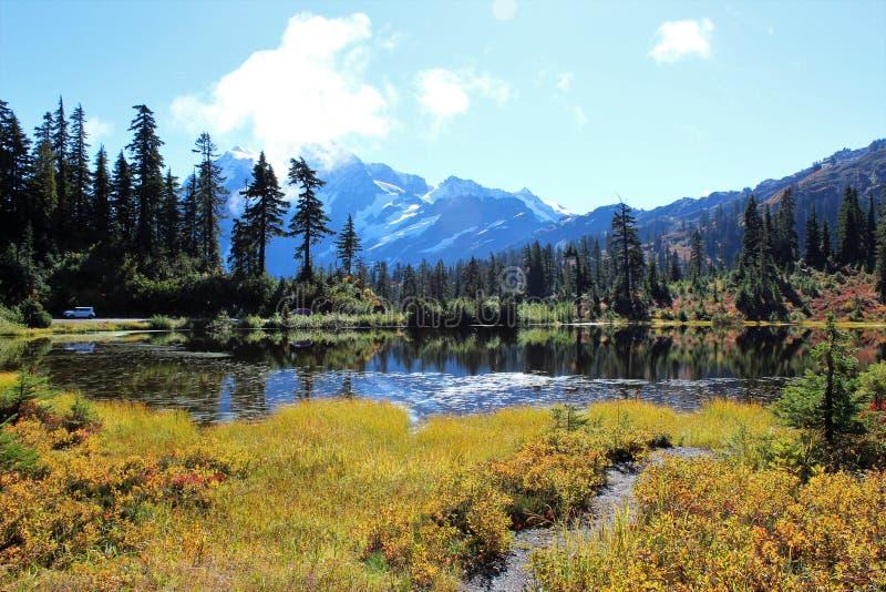 Bei colori di caduta intorno al lago picture e una vista del supporto Shuksan nel panettiere Wilderness del supporto immagini stock