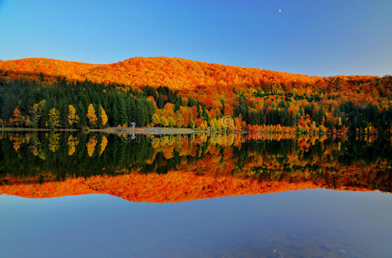Bei colori riflessi in lago immagini stock libere da diritti