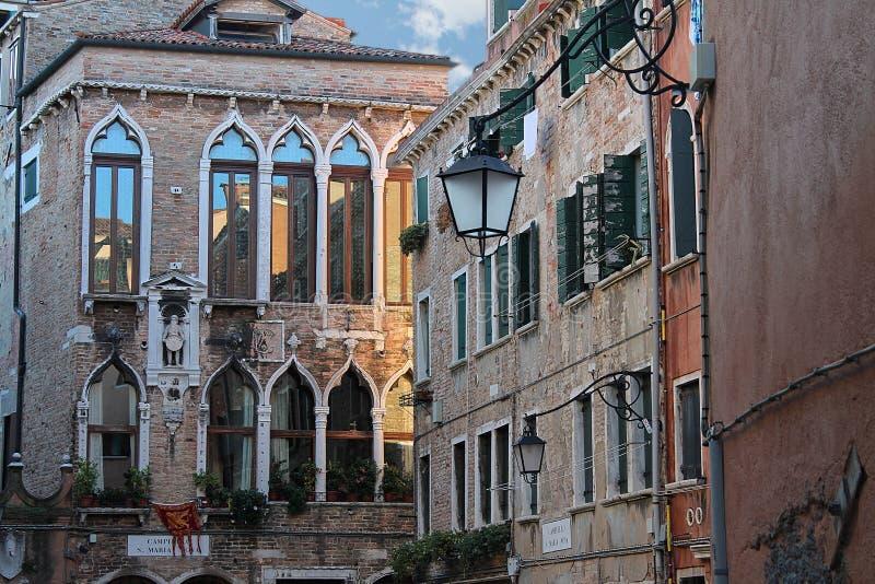 Bei colpi di turismo di Venezia in Italia che mostra i canali delle costruzioni e vecchia architettura veneziana immagine stock