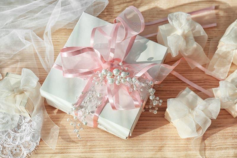 Bei contenitori di regalo con gli archi ed il velo nuziale fotografie stock