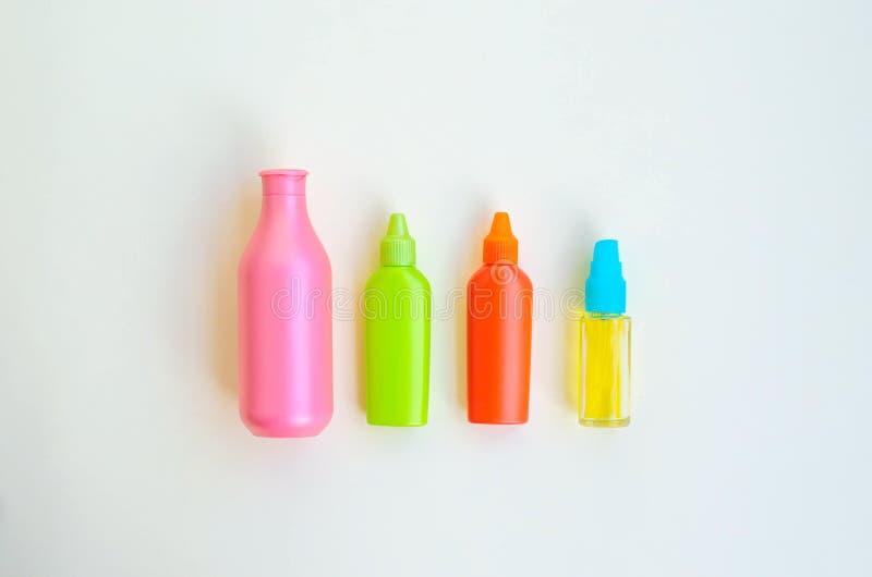 Bei contenitori multicolori per cura dei cosmetici fotografia stock