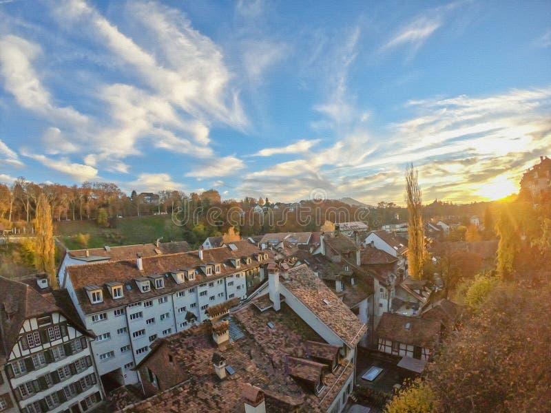 Bei costruzione ed ambiente con il tramonto a Berna, capitale della Svizzera immagine stock