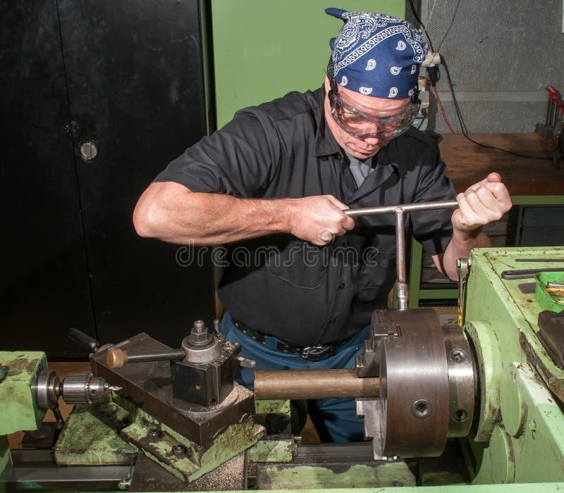 Bei der Arbeit in einer Maschinenwerkstatt lizenzfreies stockfoto